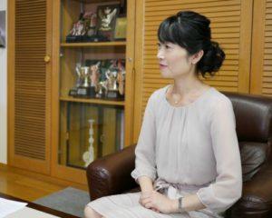 聞き手を務める、今泉マユ子。